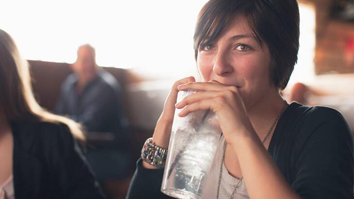Yemekte su içmenin vücutta yaratabileceği 5 şaşırtıcı sorun